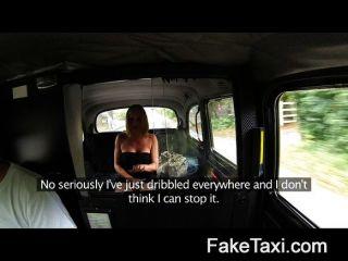 기혼 여성은 택시 좌석에서 오줌을 만회한다.