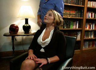 그녀는 자신의 사무실을 갖기 위해 많은 일을한다.