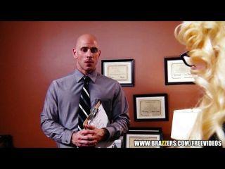가슴이 금발 아가씨가 인턴에게 일자리를 제공합니다.