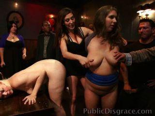 창녀들은 술집에서 수치스럽고 좆됐다.