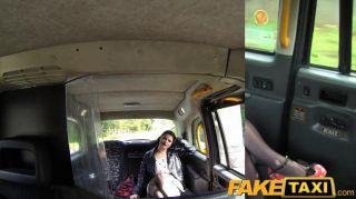 faketaxi 여자 친구가 못 박히다 택시 포르노 도착
