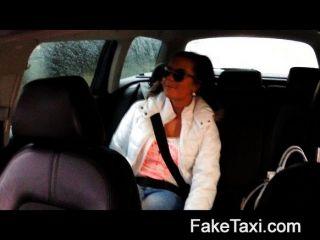 19 세의 택시 택시에서 뜨거운 faketaxi