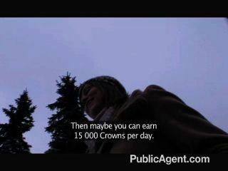 귀여운 preggo 갈색 머리는 현금을 위해 성교하게한다.