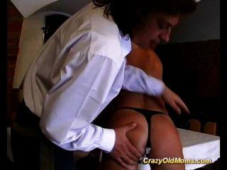 늙은 엄마가 식당에서 그 엉덩이를 가져 가라.