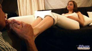 올드 예는 젊은 발가락과 음부를 핥습니다.
