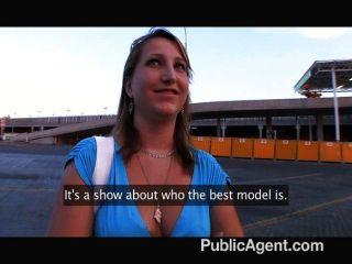 그녀는 정말로 그녀가 모델이라고 생각합니까?