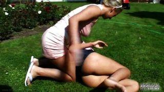 아내가 금발 머리카락을 잡아 그녀를 차버린다.