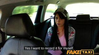 faketaxi 택시 운전사가 그녀를 성교하도록 설득합니다.