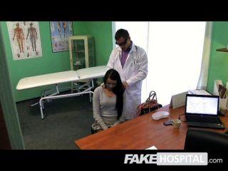 가짜 병원 뻣뻣한 거시기와 squirting 음부