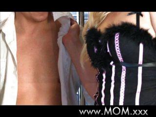 털이 많은 유부녀가 그녀의 남자를 사랑한다.