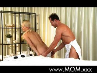 엄마는 그녀의 남자에게 문질러와 잡아 당김을 준다.