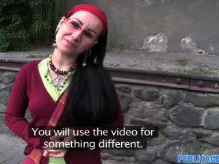 홍보 에이전트 lulu는 문신으로 덮여 있습니다.