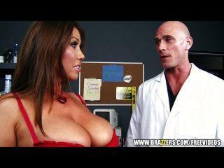 큰 가슴 갈색 머리 그녀의 의사를 엿.
