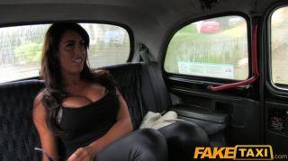 큰 가슴을 가진 faketaxi 매력은 택시에서 좆.