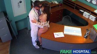 풍만한 환자와 의사 병원 의사