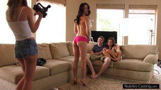 이 여자애는 포르노 스타가되기 위해 무엇이든 할거야.