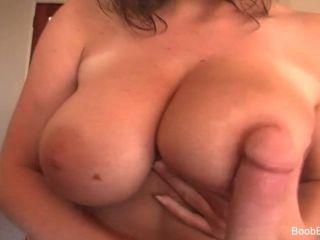 새라의 돌은 그녀의 가슴을 좆 필요가있어.