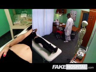 가짜 병원 의사가 섹시한 환자를 검사합니다.