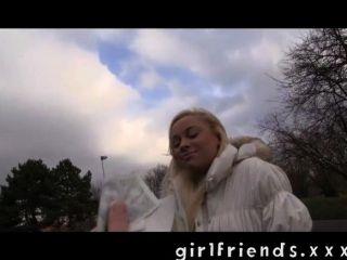 여자 친구가 똑바로 소녀를 데리러.