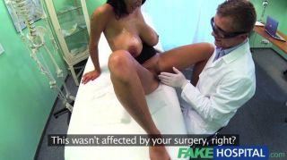 가짜 병원 의사가 그의 손을 잡기 위해 돌아 섰다.