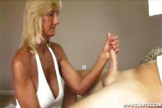 흥분한 할머니는 경련 중이다.
