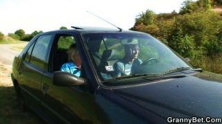 늙은 암캐가 낯선 사람에 의해 차에서 못 박히다