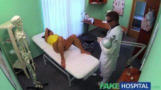 가짜 병원 의사가 부정 행위를 돕고 싶어한다.