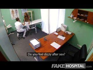 뜨거운 어린 아기를 감시하는 가짜 병원