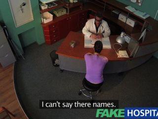 가짜 병원 의사가 섹시한 갈색 머리에 직면