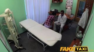 가짜 병원 환자는 간호사 마사지를 즐긴다.