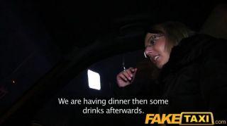 faketaxi 금발 택시 택시에서 그녀의 키트를 가져옵니다.