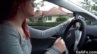 빨간 머리 이모 자동차에 젖꼭지를 게재