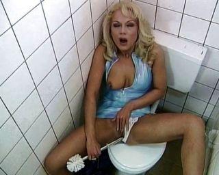 화장실 창녀는 섹스하고 빨아 사랑한다.
