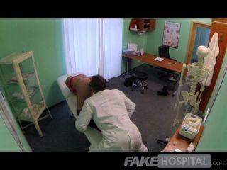 가짜 병원 마사지가 열광적 인 섹스로 변한다.