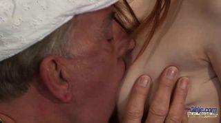두 젊은 매춘부와 흥분 할아버지 foursome