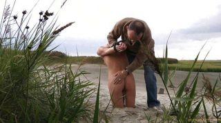 금발의 암컷 가죽 끈과 해변에 때려 눕힌