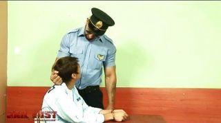 잔인한 게이 경찰에 의해 매우 나쁜 소년이 좆