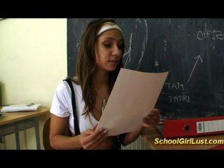 불쾌한 여학생은 선생님을 엿합니다.