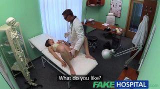 가짜 병원 의사가 자기 기술을 연구한다.