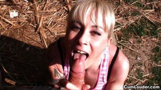 라티나는 공원에서 입으로 피우다.