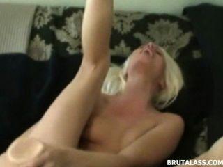 금발이 그녀의 음부를 파괴하고 엉덩이에 엉덩이