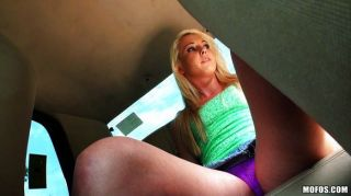 뜨거운 금발 그녀의 택시 운전사와 여자를 지불합니다.