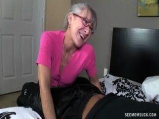 흥분한 할머니가 젊은 거시기를 빨아
