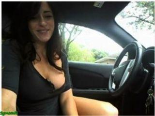 섹시한 여자가 자위하고 그녀의 자동차에 캠에 플래시