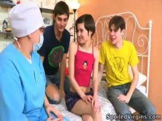 소년들은 처녀성을 없애기 위해 귀여운 마티 나를 도왔다.