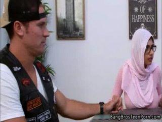 무슬림 어머니와 딸은 종교에 어긋난다.