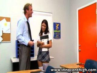 esta chica는 su profesor를 유혹합니다.