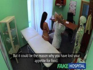 가짜 병원 의사들과 간호사들이 혀를 치유하여 흥분한 환자들을 치료합니다.