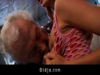 할아버지 섹시한 젊은 빨간 머리 베이비 섹스 행운
