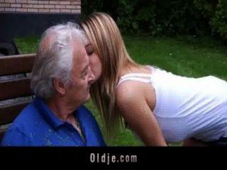 늙은이는 거친 베르니스에서 사과를 즐긴다.